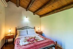 Спальня. Греция, Коккино Хорио : Вилла в комплексе с большим общим бассейном, 1 спальня, барбекю, парковка, Wi-Fi