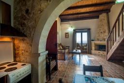 Гостиная. Греция, Коккино Хорио : Вилла в комплексе с большим общим бассейном, 1 спальня, барбекю, парковка, Wi-Fi