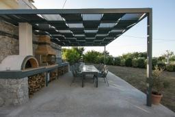 Терраса. Греция, Каливес : Новая вилла с зеленым двориком и барбекю, 2 гостиные, 4 спальни, 3 ванные комнаты, парковка, Wi-Fi