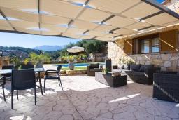 Патио. Греция, Каливес : Прекрасная вилла с бассейном и двориком с барбекю, 2 спальни, 2 ванные комнаты, парковка, Wi-Fi