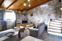 Гостиная. Греция, Каливес : Прекрасная вилла с бассейном и двориком с барбекю, 2 спальни, 2 ванные комнаты, парковка, Wi-Fi