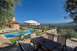 Обеденная зона. Греция, Каливес : Прекрасная вилла с бассейном и двориком с барбекю, 2 спальни, 2 ванные комнаты, парковка, Wi-Fi