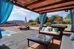 Патио. Греция, Каливес : Роскошная вилла с бассейном и двориком с патио и барбекю, 2 спальни, 3 ванные комнаты, парковка, Wi-Fi