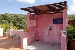 Территория. Греция, Каливес : Роскошная вилла с бассейном и двориком с патио и барбекю, 2 спальни, 3 ванные комнаты, парковка, Wi-Fi
