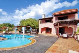 Фасад дома. Греция, Каливес : Роскошная вилла с бассейном и двориком с патио и барбекю, 2 спальни, 3 ванные комнаты, парковка, Wi-Fi