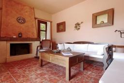 Гостиная. Греция, Каливес : Роскошная вилла с бассейном и двориком с патио и барбекю, 2 спальни, 3 ванные комнаты, парковка, Wi-Fi