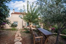 Территория. Греция, Каливес : Прекрасная вилла с бассейном и зеленым двориком с барбекю, 2 спальни, 2 ванные комнаты, парковка, Wi-Fi
