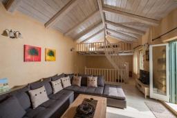 Гостиная. Греция, Каливес : Прекрасная вилла с бассейном и зеленым двориком с барбекю, 2 спальни, 2 ванные комнаты, парковка, Wi-Fi