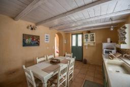 Кухня. Греция, Каливес : Прекрасная вилла с бассейном и зеленым двориком с барбекю, 2 спальни, 2 ванные комнаты, парковка, Wi-Fi