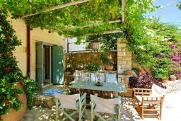 Терраса. Греция, Каливес : Прекрасная вилла с бассейном и зеленым двориком с барбекю, 2 спальни, 2 ванные комнаты, парковка, Wi-Fi