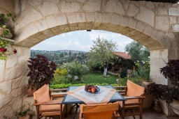 Терраса. Греция, Каливес : Уютная вилла с бассейном и зеленым двориком с барбекю, 2 спальни, парковка, Wi-Fi