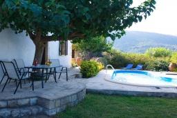 Территория. Греция, Каливес : Прекрасная вилла с бассейном и двориком с барбекю, 2 спальни, 2 ванные комнаты, парковка, Wi-Fi