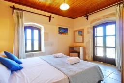 Спальня. Греция, Каливес : Прекрасная вилла с бассейном и двориком с барбекю, 2 спальни, 2 ванные комнаты, парковка, Wi-Fi