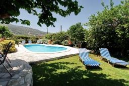 Бассейн. Греция, Каливес : Прекрасная вилла с бассейном и двориком с барбекю, 2 спальни, 2 ванные комнаты, парковка, Wi-Fi