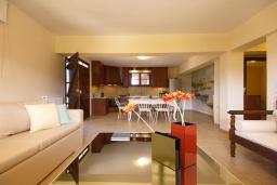 Гостиная. Греция, Каливес : Прекрасная вилла с бассейном и приватным двориком с барбекю, 2 гостиные, 4 спальни, 2 ванные комнаты, парковка, Wi-Fi