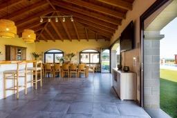 Обеденная зона. Греция, Георгиуполис : Роскошная пляжная вилла с большим бассейном, зеленым двориком и шикарным видом на море, 5 спален, 6 ванных комнат, парковка, Wi-Fi