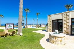 Территория. Греция, Георгиуполис : Роскошная пляжная вилла с большим бассейном, зеленым двориком и шикарным видом на море, 5 спален, 6 ванных комнат, парковка, Wi-Fi