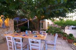 Обеденная зона. Греция, Ретимно : Уютная вилла в комплексе с общим бассейном и двориком с барбекю, с гостиной и отдельной спальней, парковка, Wi-Fi