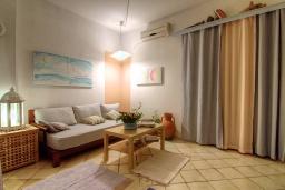 Гостиная. Греция, Ретимно : Уютная вилла в комплексе с общим бассейном и двориком с барбекю, с гостиной и отдельной спальней, парковка, Wi-Fi