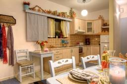 Кухня. Греция, Ретимно : Уютная вилла в комплексе с общим бассейном и двориком с барбекю, с гостиной и отдельной спальней, парковка, Wi-Fi