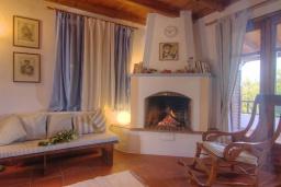 Гостиная. Греция, Ретимно : Уютная вилла в комплексе с общим бассейном и двориком с барбекю, 2 спальни, парковка, Wi-Fi