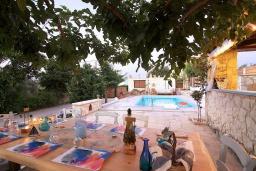 Терраса. Греция, Ретимно : Уютная вилла в комплексе с общим бассейном и двориком с барбекю, 2 спальни, парковка, Wi-Fi