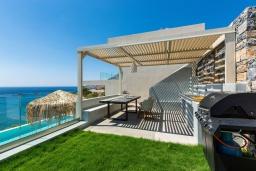 Терраса. Греция, Плакиас : Современная вилла в 20 метрах от пляжа с бассейном и шикарным видом на море, 3 спальни, 3 ванные комнаты, барбекю, парковка, Wi-Fi