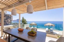 Обеденная зона. Греция, Плакиас : Современная вилла в 20 метрах от пляжа с бассейном и шикарным видом на море, 4 спальни, 3 ванные комнаты, джакузи, детская площадка, барбекю, парковка, Wi-Fi