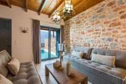 Гостиная. Греция, Превели : Каменная вилла с бассейном и двориком с барбекю, 2 спальни, 2 ванные комнаты, парковка, Wi-Fi