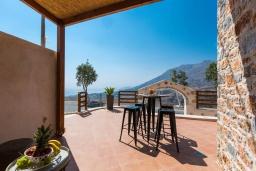 Терраса. Греция, Превели : Каменная вилла с бассейном и двориком с барбекю, 2 спальни, 2 ванные комнаты, парковка, Wi-Fi