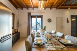 Обеденная зона. Греция, Превели : Каменная вилла с бассейном и двориком с барбекю, 2 спальни, 2 ванные комнаты, парковка, Wi-Fi