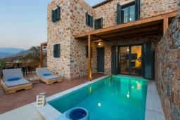 Фасад дома. Греция, Превели : Каменная вилла с бассейном и двориком с барбекю, 2 спальни, 2 ванные комнаты, парковка, Wi-Fi