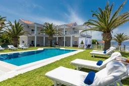 Фасад дома. Греция, Ретимно : Шикарная вилла с большим бассейном, джакузи и видом на море, 7 спален, 5 ванных комнат, тренажерный зал, сауна, теннисный корт, бильярд, парковка, Wi-Fi