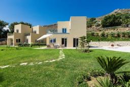 Фасад дома. Греция, Киссамос Кастели : Комплекс из двух вилл с зеленой территорий и приватным пляжем, 2 гостиные, 6 спален, 5 ванных комнат, барбекю, парковка, Wi-Fi