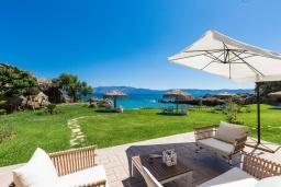 Патио. Греция, Киссамос Кастели : Комплекс из двух вилл с зеленой территорий и приватным пляжем, 2 гостиные, 6 спален, 5 ванных комнат, барбекю, парковка, Wi-Fi