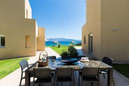 Обеденная зона. Греция, Киссамос Кастели : Комплекс из двух вилл с зеленой территорий и приватным пляжем, 2 гостиные, 6 спален, 5 ванных комнат, барбекю, парковка, Wi-Fi