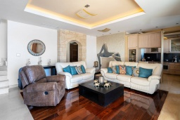 Гостиная. Греция, Херсонисос : Роскошная вилла с бассейном и двориком с барбекю, 3 спальни, 4 ванные комнаты, джакузи, парковка, Wi-Fi