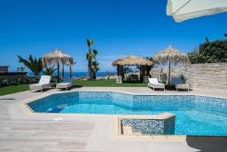 Бассейн. Греция, Херсонисос : Роскошная вилла с бассейном и двориком с барбекю, 3 спальни, 4 ванные комнаты, джакузи, парковка, Wi-Fi
