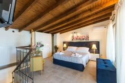 Спальня. Греция, Панормо : Уютный дом в 10 метрах от пляжа и с террасой с видом на море, 5 спален, 3 ванные комнаты, Wi-Fi