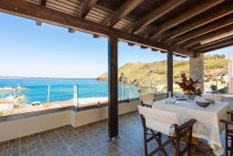 Терраса. Греция, Панормо : Уютный дом в 10 метрах от пляжа и с террасой с видом на море, 5 спален, 3 ванные комнаты, Wi-Fi