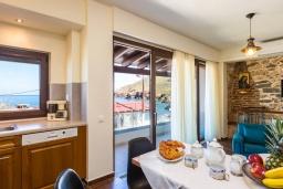 Обеденная зона. Греция, Панормо : Уютный дом в 10 метрах от пляжа и с террасой с видом на море, 5 спален, 3 ванные комнаты, Wi-Fi