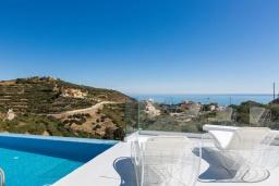 Зона отдыха у бассейна. Греция, Бали : Современная вилла с бассейном и видом на море, 3 спальни, 3 ванные комнаты, барбекю, парковка, Wi-Fi