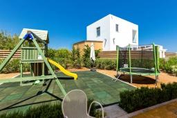 Детская площадка. Греция, Ретимно : Комплекс из 4-х вилл в 50 метрах от пляжа, 4 бассейна, 4 гостиные, 9 спален, 6 ванных комнат, джакузи, детская площадка, приватный пляж, парковка, Wi-Fi