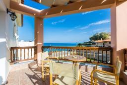 Балкон. Греция, Панормо : Прекрасная вилла в 40 метрах от пляжа с бассейном, зеленым двориком, барбекю и детской площадкой, 5 спален, 4 ванные комнаты, парковка, Wi-Fi