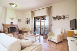 Гостиная. Греция, Аделе : Уютная вилла с бассейном и двориком с барбекю, 6 спален, 2 ванные комнаты, парковка, Wi-Fi