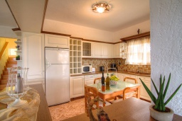 Кухня. Греция, Аделе : Уютная вилла с бассейном и двориком с барбекю, 6 спален, 2 ванные комнаты, парковка, Wi-Fi