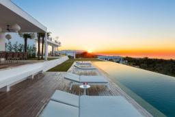 Зона отдыха у бассейна. Греция, Аделе : Роскошная вилла с большим бассейном, зеленой территорией и видом на море, 8 спален, 8 ванных комнат, барбекю, парковка, Wi-Fi