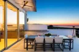 Обеденная зона. Греция, Аделе : Роскошная вилла с большим бассейном, зеленой территорией и видом на море, 8 спален, 8 ванных комнат, барбекю, парковка, Wi-Fi