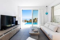 Гостиная. Греция, Бали : Современная вилла с бассейном и видом на море, 2 спальни, барбекю, парковка, Wi-Fi