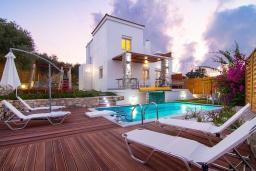 Фасад дома. Греция, Аделе : Прекрасная вилла с бассейном и зеленым двориком с барбекю, 3 спальни, 2 ванные комнаты, детская площадка, парковка, Wi-Fi
